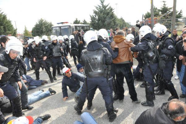 Bat işyerinden atılan 120 arkadaşa,polis tarafından müdahale edildiği an'dan görüntüler. 11.04.2011