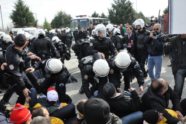 Bat işyerinden atılan 120 arkadaşa,polis tarafından müdahale edildiği an'dan görüntüler 14.04.2011