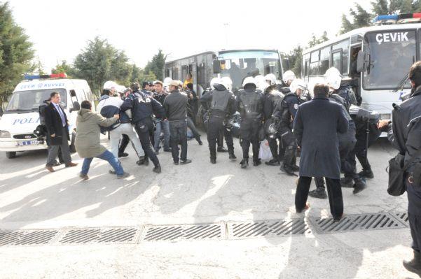 Genel Başkanımız Sayın Mustafa TÜRKEL ve Genel Eğitim Sekreterimiz Sayın Mustafa AKYÜREK Bat İşyerinden atılan 120 işçi arkadaşımız için düzenlenen Basın açıklamasından görüntüler. 08.04.2011