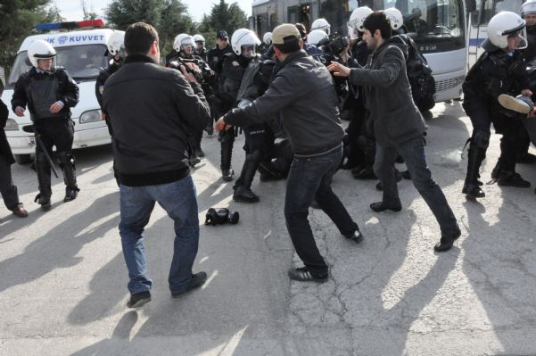 Bat işyerinden atılan 120 arkadaşa,polis tarafından müdahale edildiği an'dan görüntüler. 14.04.2011